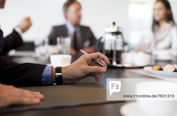 Nahaufnahme der Hand des Geschäftsmannes in der Sitzung