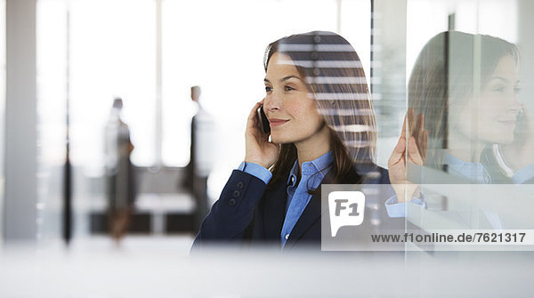 Geschäftsfrau beim Telefonieren im Büro