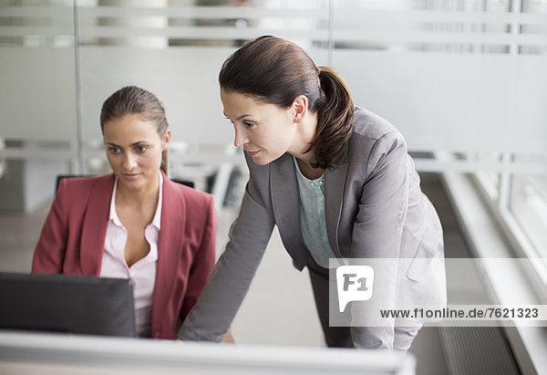 Geschäftsfrauen arbeiten gemeinsam am Schreibtisch