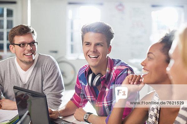 Freunde sprechen am Schreibtisch