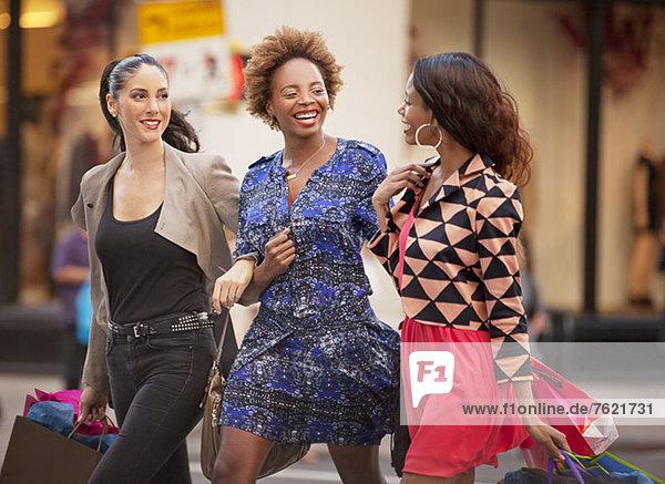 Frauen mit Einkaufstaschen auf der Stadtstraße