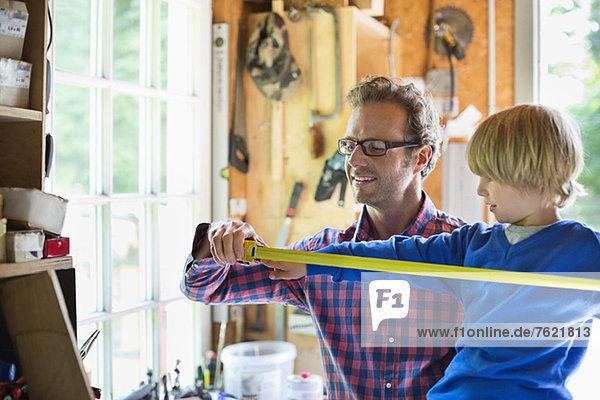 Vater und Sohn arbeiten in der Garage Vater und Sohn arbeiten in der Garage