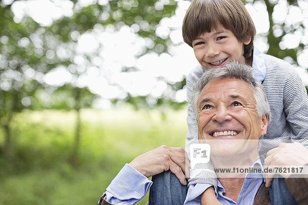 Mann mit Enkel auf den Schultern Mann mit Enkel auf den Schultern