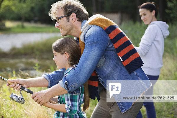 Vater und Tochter beim gemeinsamen Fischen Vater und Tochter beim gemeinsamen Fischen
