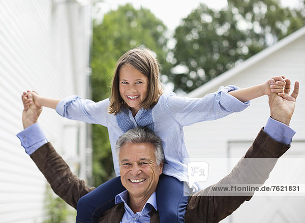Mann mit Enkelin auf den Schultern Mann mit Enkelin auf den Schultern