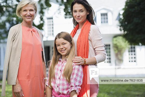 Drei Generationen von Frauen  die zusammen lächeln. Drei Generationen von Frauen, die zusammen lächeln.