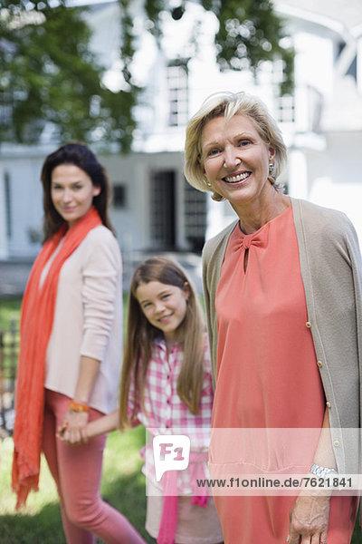 Drei Generationen von Frauen  die zusammen gehen. Drei Generationen von Frauen, die zusammen gehen.