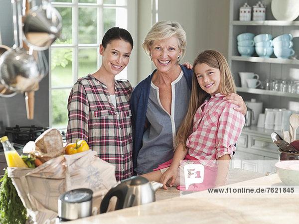 Drei Generationen von Frauen in der Küche Drei Generationen von Frauen in der Küche