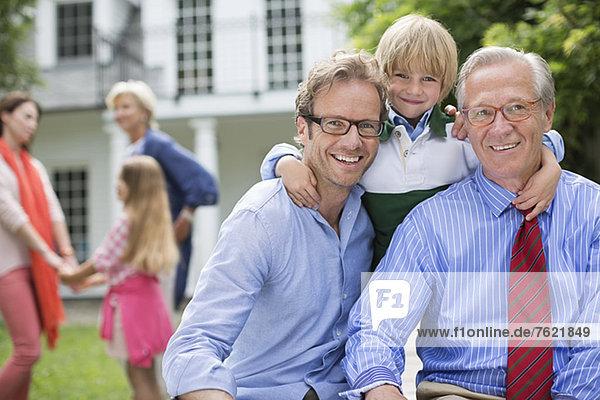 Drei Generationen von Männern  die zusammen lächeln. Drei Generationen von Männern, die zusammen lächeln.