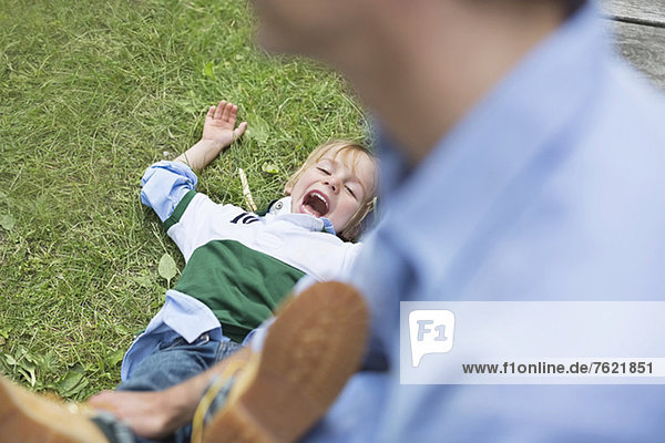 Vater und Sohn spielen im Freien Vater und Sohn spielen im Freien