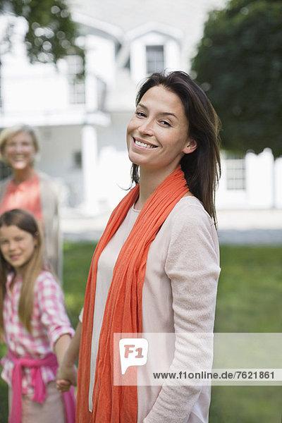 Drei Generationen von Frauen lächeln im Freien Drei Generationen von Frauen lächeln im Freien