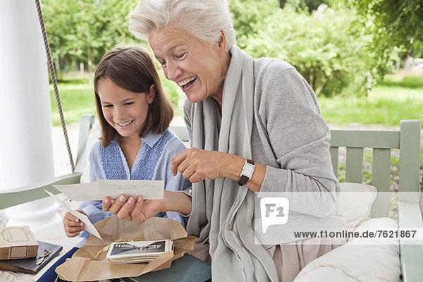 Frau und Enkelin beim Betrachten von Fotos Frau und Enkelin beim Betrachten von Fotos