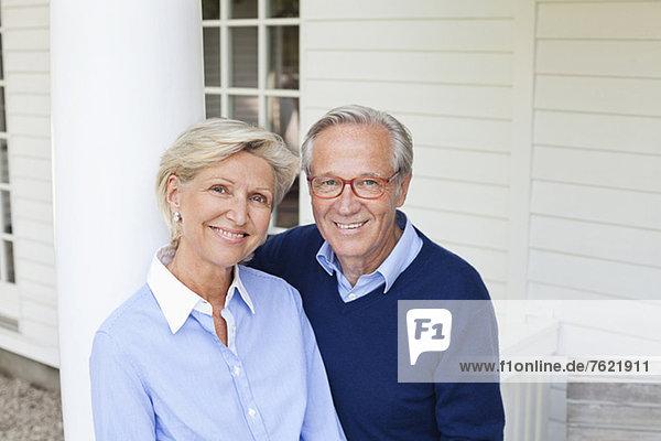 Paar lächelt zusammen im Freien Paar lächelt zusammen im Freien