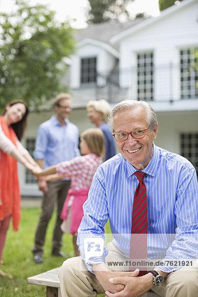 Mann lächelt vor dem Haus Mann lächelt vor dem Haus