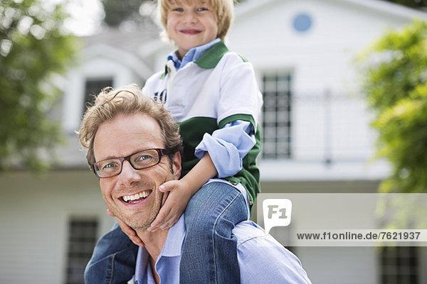Vater trägt Sohn auf Schultern im Freien Vater trägt Sohn auf Schultern im Freien