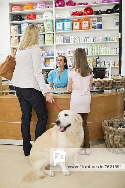 Besitzer bringt Hund zur Tierarztpraxis