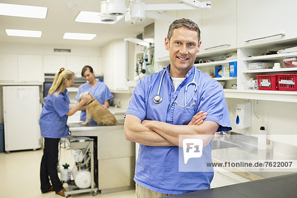 Lächelnder Tierarzt in der Tierarztpraxis