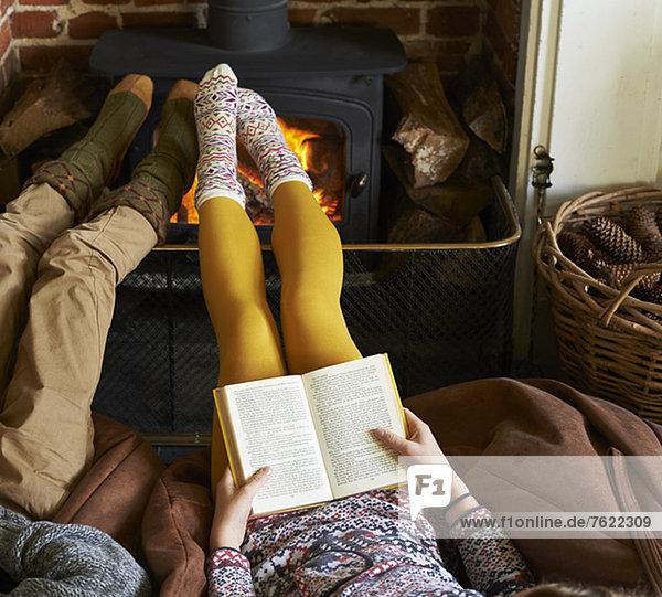 Kinder beim Feuer entspannen