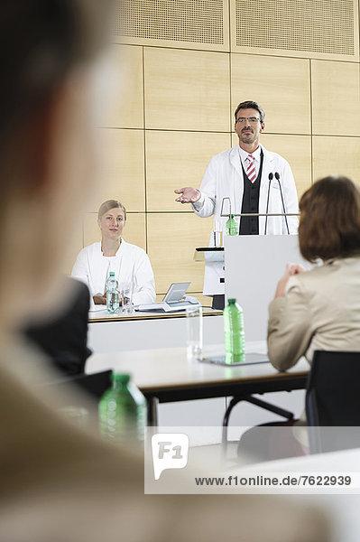 Ärzte halten Vorträge im Konferenzraum