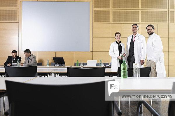 Ärzte und Geschäftsleute im Besprechungsraum