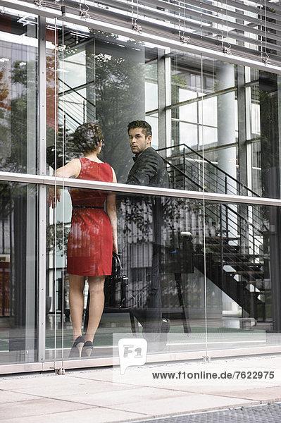 Geschäftsleute stehen am Fenster