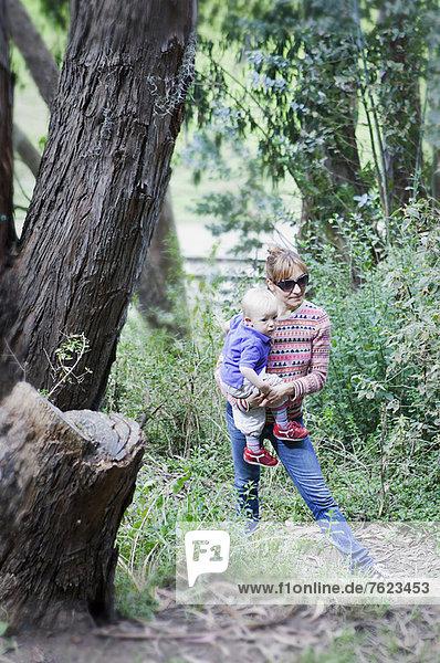 Mutter und Sohn beim Waldspaziergang