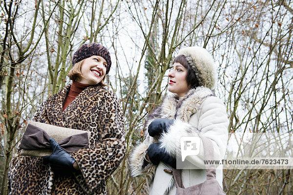 Frauen  die zusammen im Wald spazieren gehen