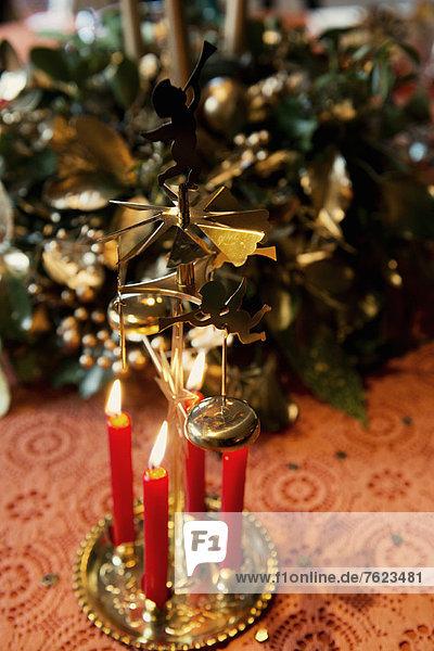 Kerzen brennen auf Weihnachtsdekoration