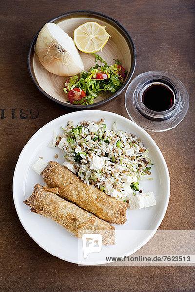Teller mit gebackenem Gebäck und Reis
