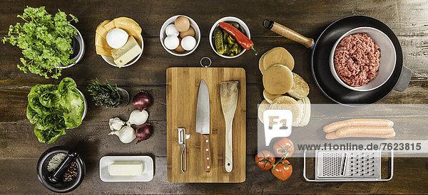 Tisch gedeckt mit Zutaten und Utensilien
