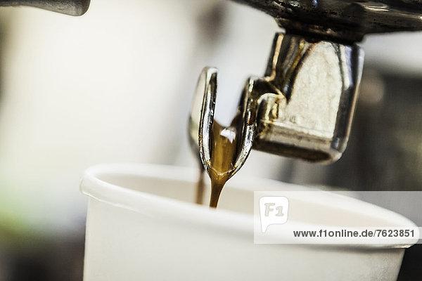 Espresso-Gießen von der Maschine in die Tasse