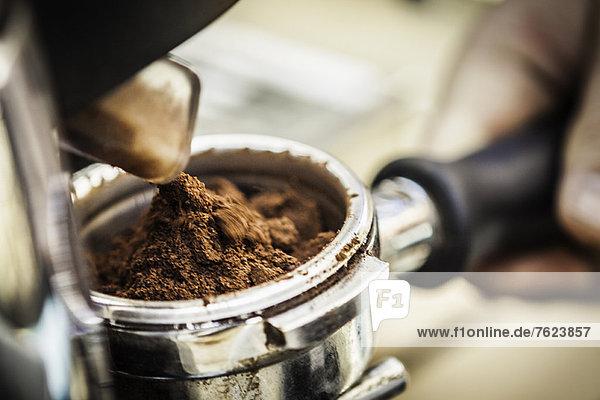 Nahaufnahme der Espressomasse in der Maschine