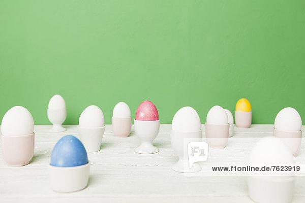 Bunte Ostereier im Eierbecher