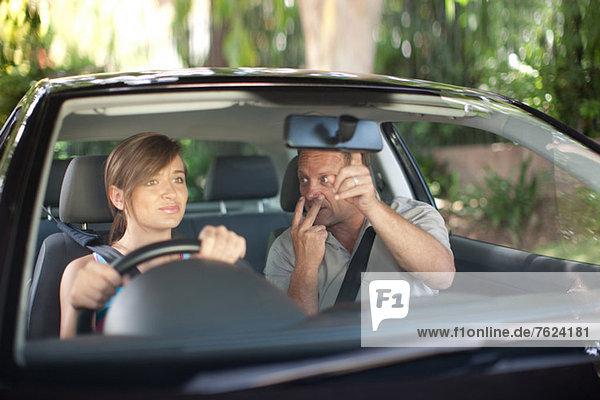 Vater unterrichtet Teenagertochter beim Fahren