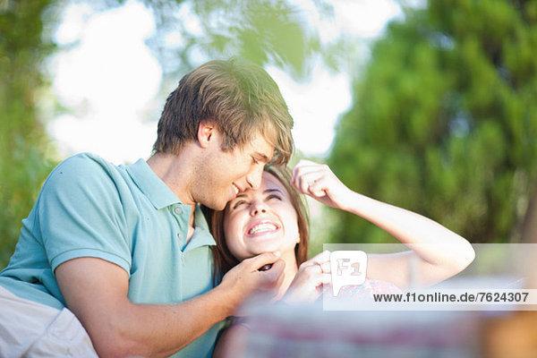 Lächelndes Paar entspannt im Park