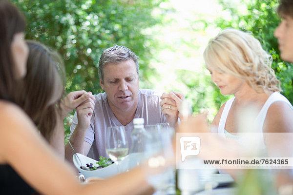 Familie sagt Gnade vor dem Essen