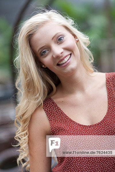Lächelnde Frau im Freien stehend