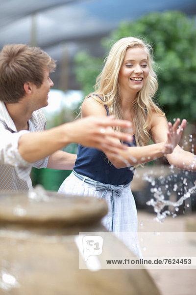 Mann spritzt Freundin in Springbrunnen