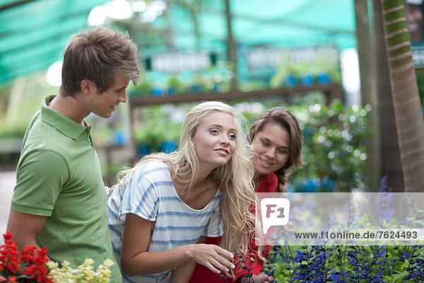 Freunde beim Einkaufen von Pflanzen in der Gärtnerei