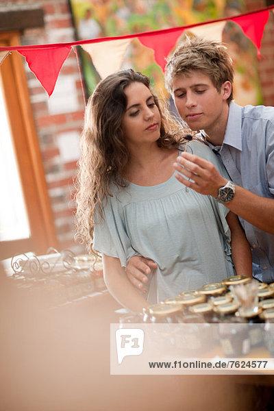 Paare einkaufen im Lebensmittelgeschäft