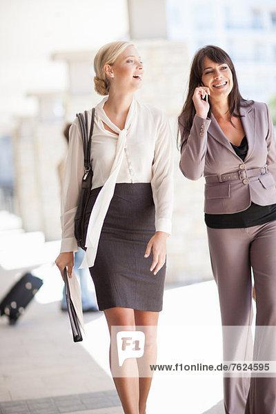 Geschäftsfrauen beim gemeinsamen Gehen