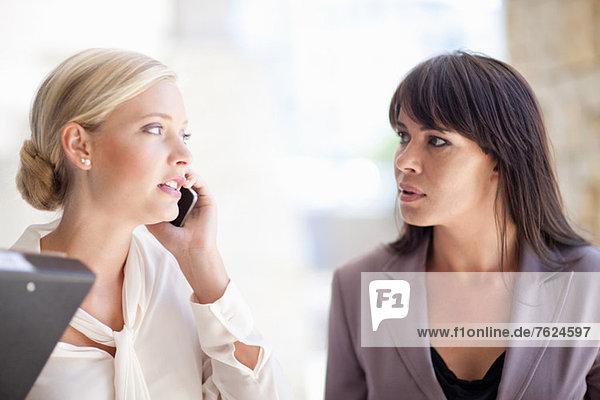 Geschäftsfrauen  die im Freien stehen