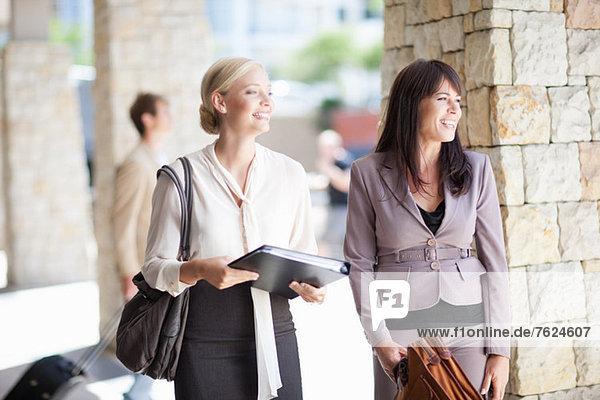 Geschäftsfrauen stehen auf dem Gehweg