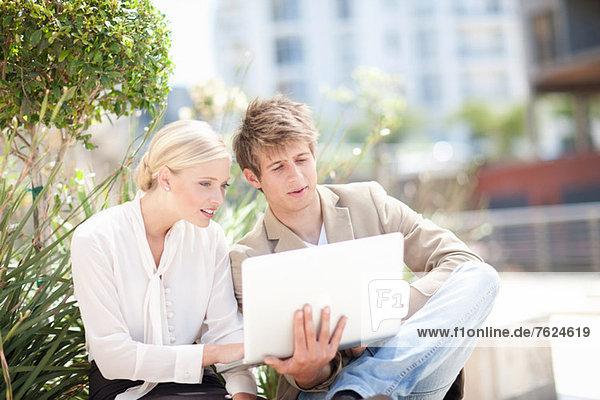 Geschäftsleute mit Laptop im Freien