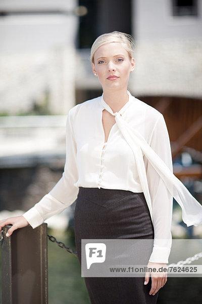 Geschäftsfrau im Freien stehend