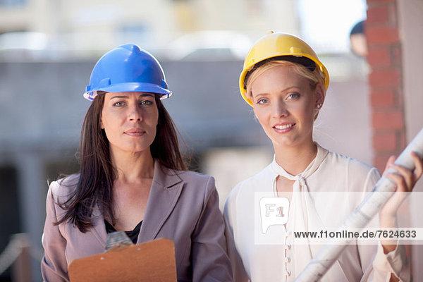 Geschäftsfrauen mit Schutzhelmen