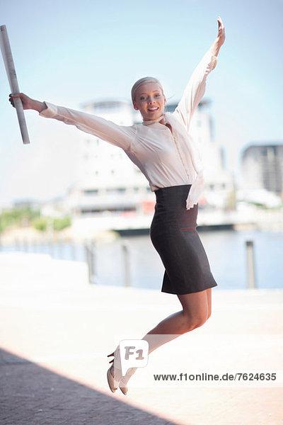 Geschäftsfrau springt vor Freude