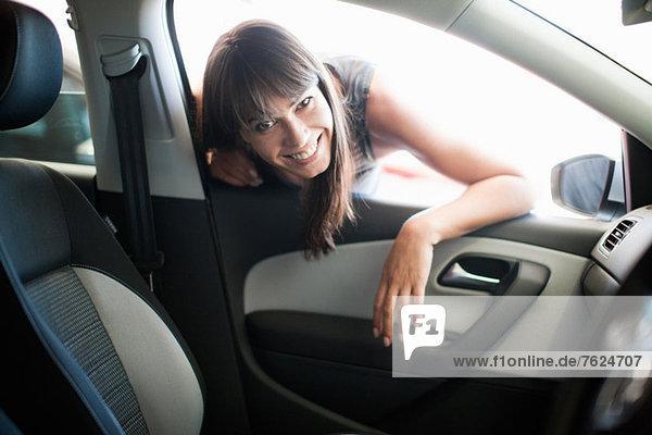 Frau lehnt sich ins Autofenster