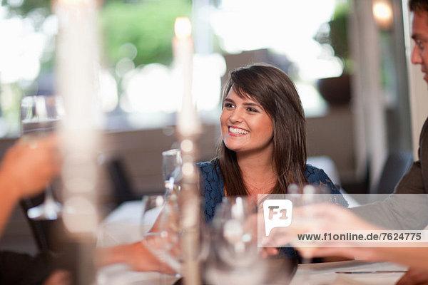 Freunde beim Abendessen im Restaurant