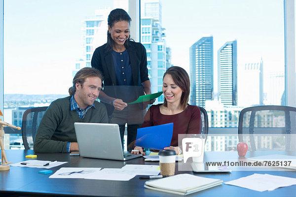 Geschäftsleute  die am Schreibtisch arbeiten